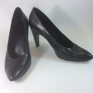 B. Makowsky black leather heel pump shoes